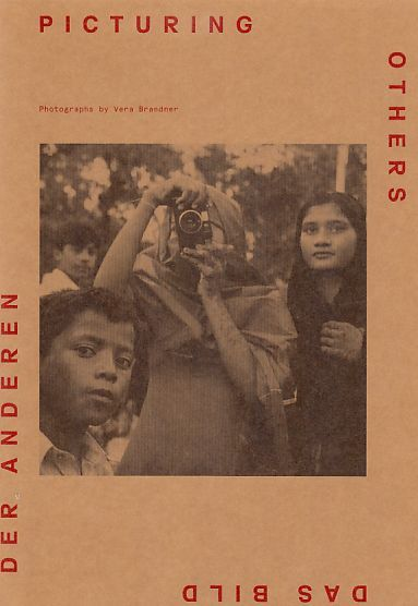 Picturing others : photographs. Das Bild der Anderen. [Essays by: Monika Faber ... Transl.: Stephen Grynwasser] / Edition Fotohof  [157]. - Brandner, Vera